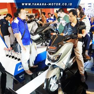 Pengunjung-di-booth-Yamaha-IIMS-2016